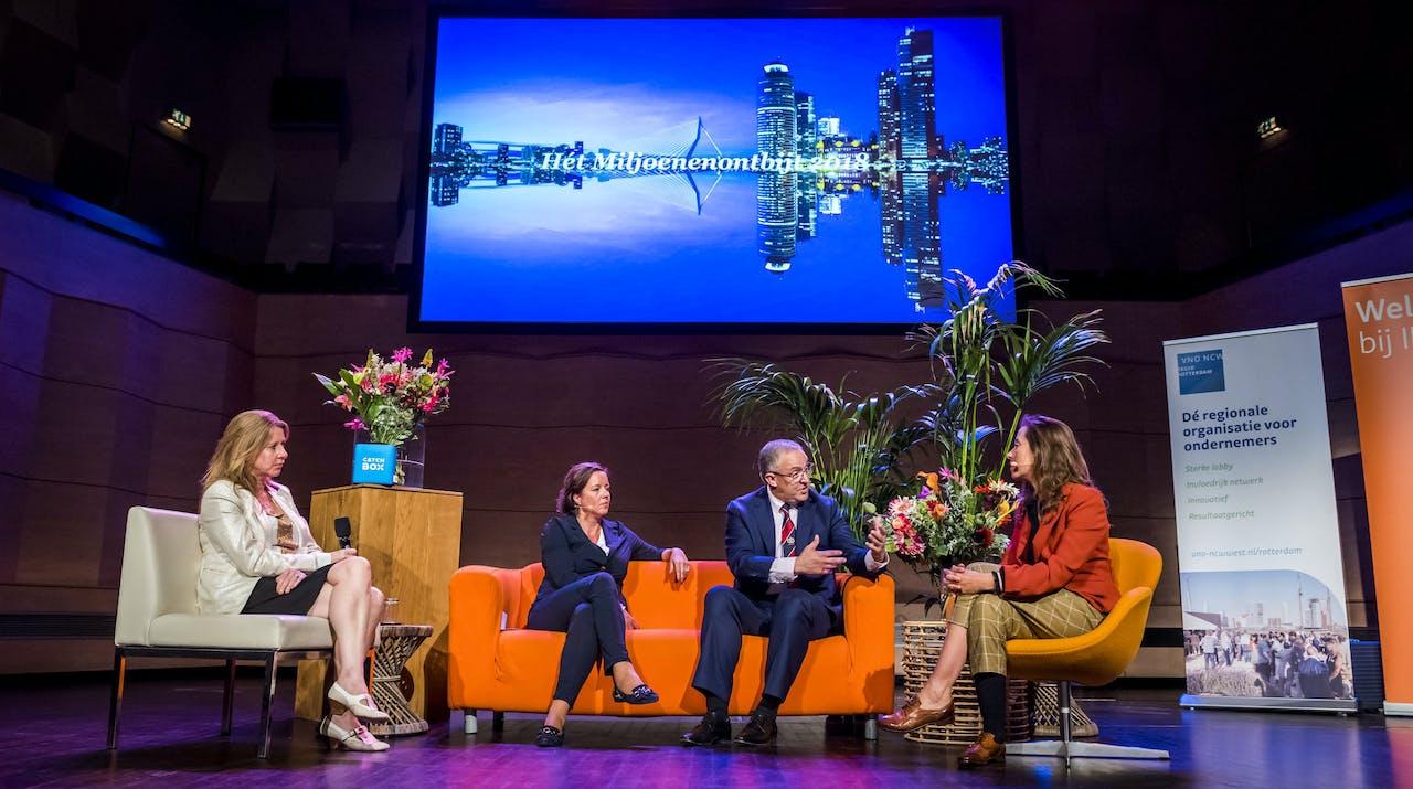 Burgemeester Aboutaleb is in de Doelen aanwezig bij het Miljoenenontbijt. Ondernemers en studenten uit de regio bespreken tijdens het ontbijt de financiële gevolgen van de Miljoenennota voor Rotterdam.