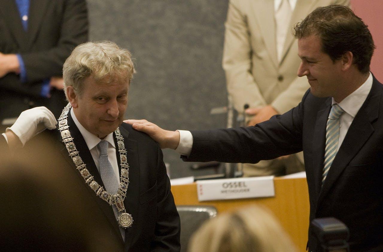 Foto uit 2010: Van der Laan krijgt de ambtsketting omgehangen door plaatsvervangend burgemeester Asscher.
