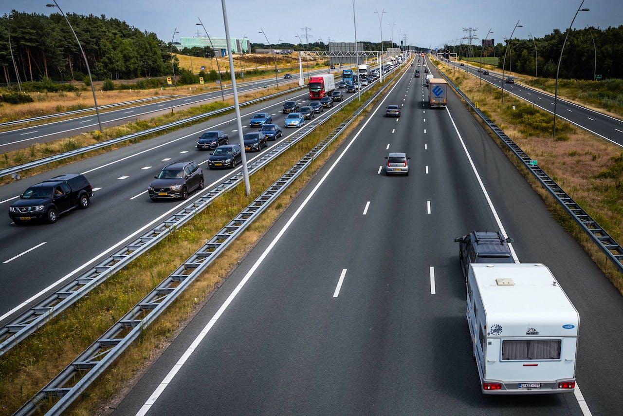 EINDHOVEN - Vakantieverkeer richting de Belgische grens op de A67 bij Eindhoven. In het zuiden van Nederland zijn de schoolvakanties begonnen. ROB ENGELAAR