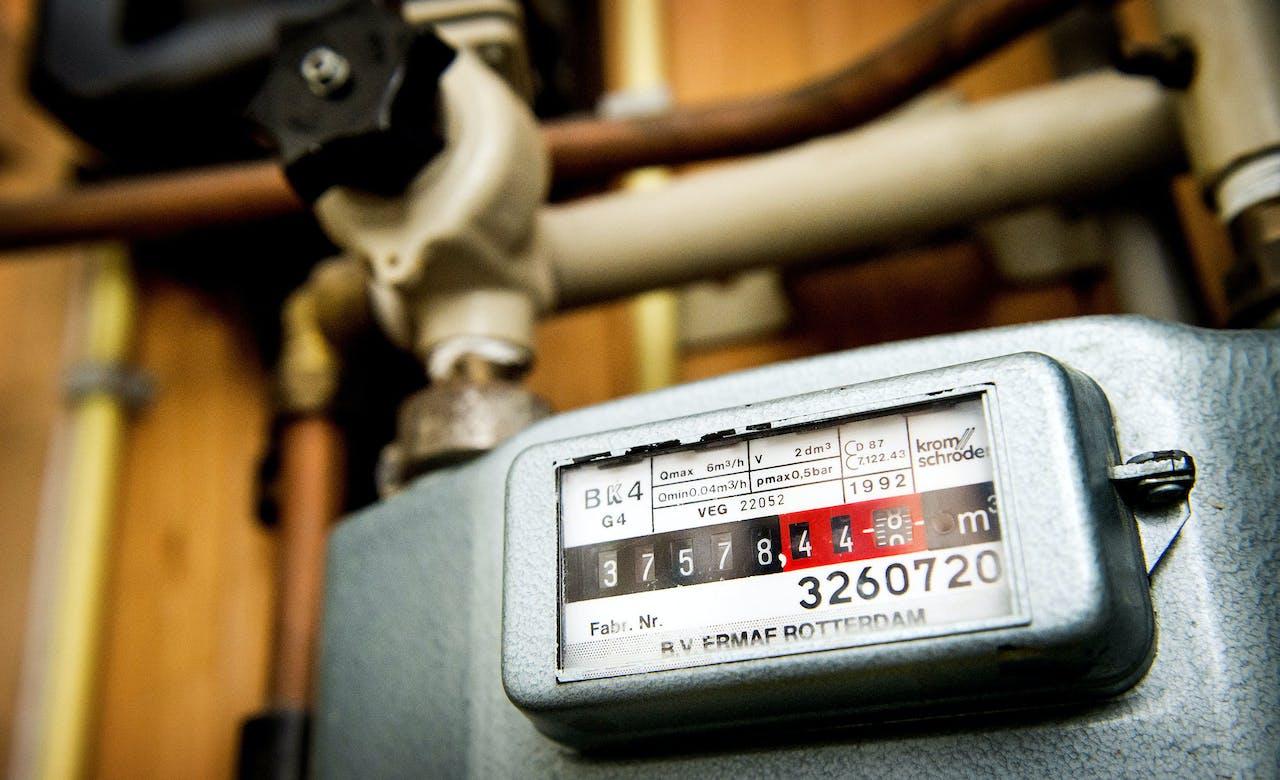 2014-11-27 10:38:13 EGMOND AAN ZEE - Een gasmeter in een woning. Volgens de Autoriteit Consument & Markt zijn huishoudens volgend jaar gemiddeld 25 euro minder kwijt aan hun energierekening. Dit komt doordat netbeheerders volgend jaar minder hoge tarieven voor het transport en de aansluiting van gas en elektriciteit mogen rekenen. ANP KOEN VAN WEEL