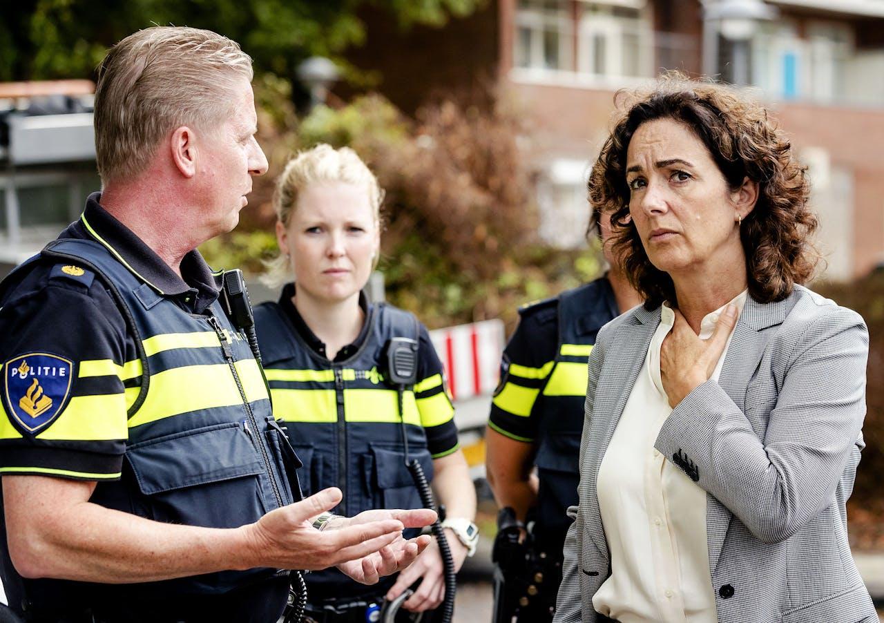 Burgermeester Femke Halsema bezoekt de Johan Huizingalaan in Amsterdam.