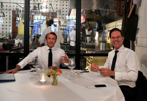 De Franse president Macron en de Nederlandse premier Rutte tijdens hun etentje in het Scheveningse restaurant VleeschHouwerij Cru.