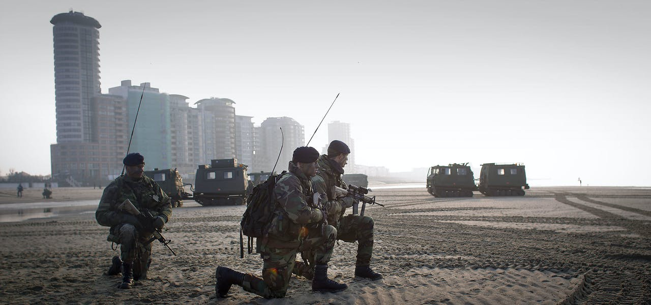 Mariniers oefenen op het strand bij Vlissingen.