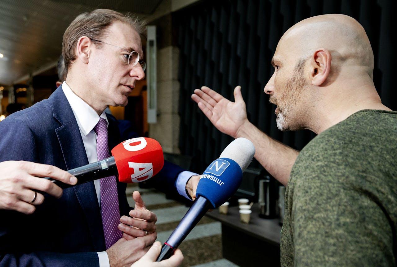 Staatssecretaris Menno Snel van Financiën in gesprek met een van de getroffen ouders.