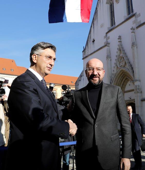 Charles Michel, de voorzitter van de Europese Raad, en zijn turtleneck. Rechts naast hem de Kroatische premier Andrej Plenkovic.