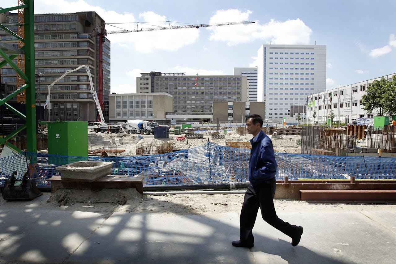 Bezoekers tijdens de Dag van de Bouw 2012 bekijken de voortgang op het terrein van het Erasmus Medisch Centrum. De nieuwbouw van het ziekenhuis komt op en rond de huidige locatie.