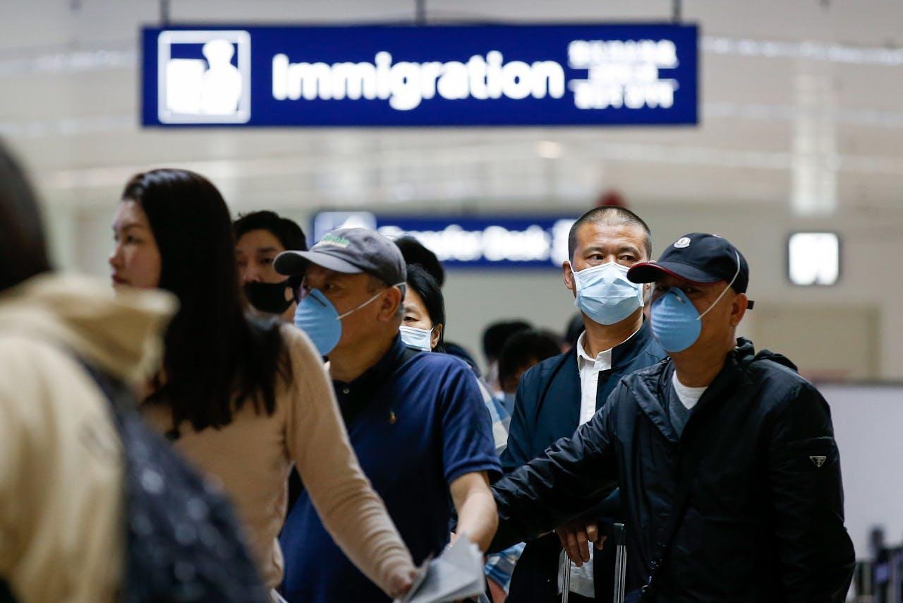Chinese reizigers met mondkapjes komen aan in de Filipijnen.
