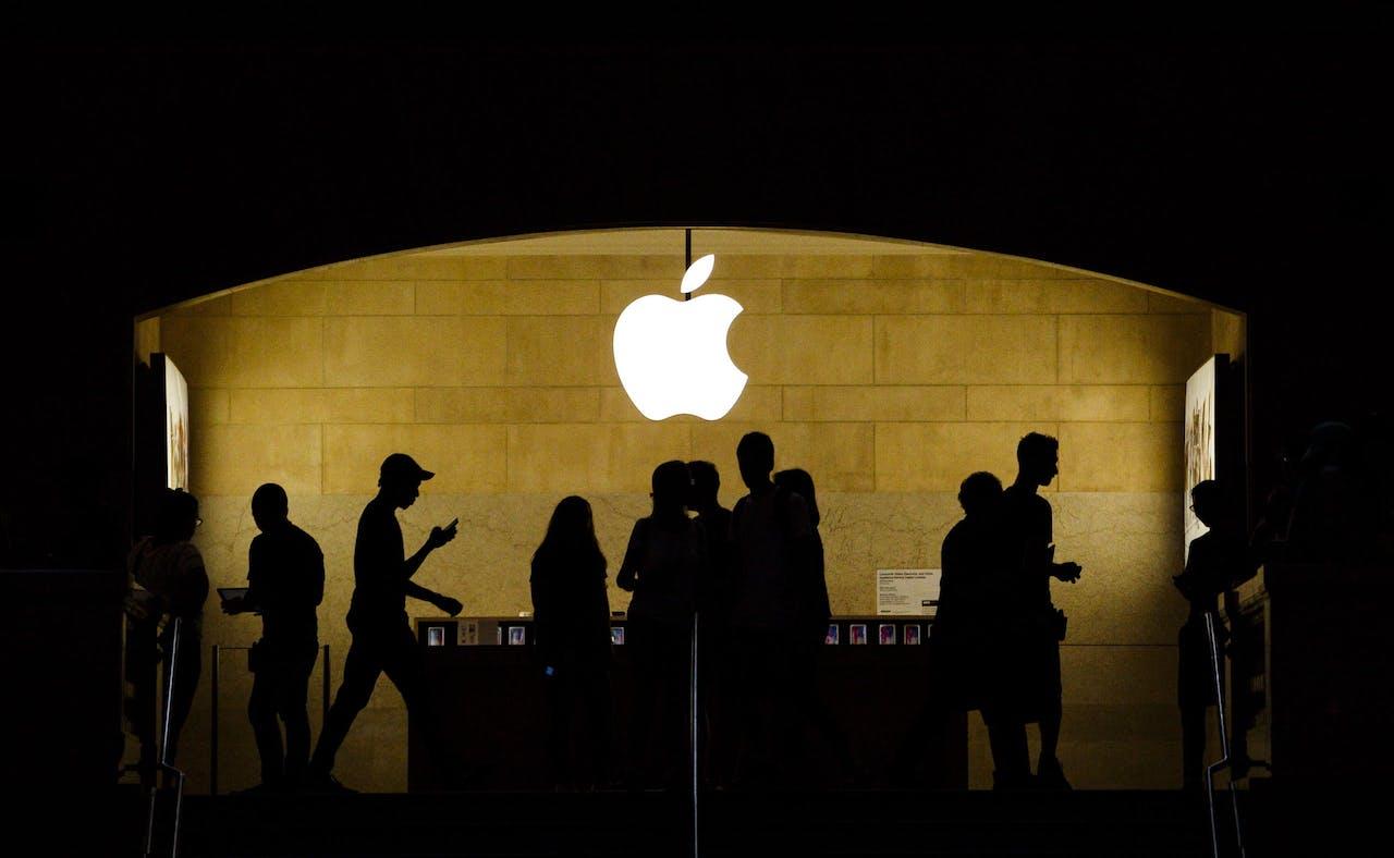 Mensen in een Apple winkel in New York.