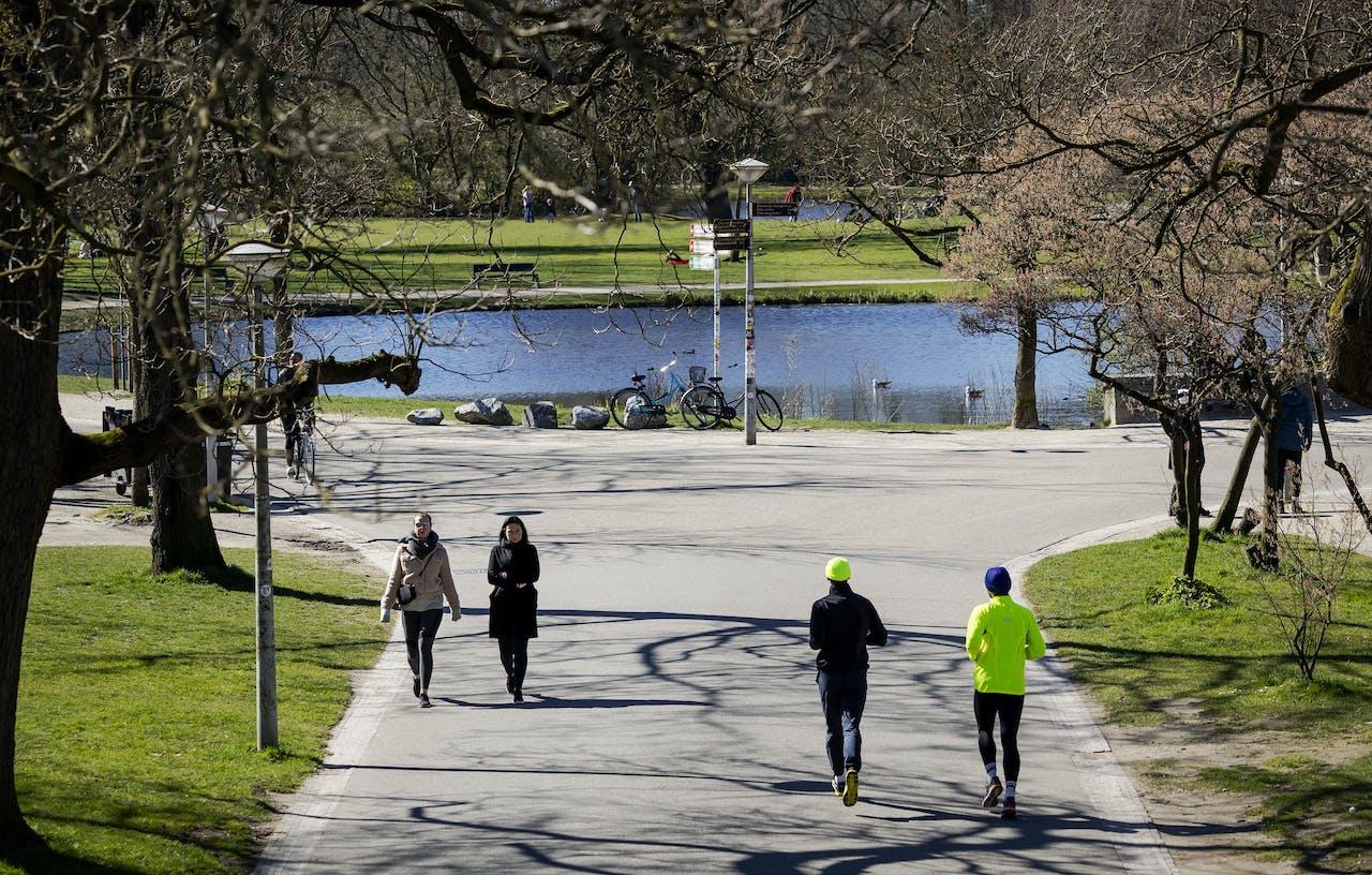 Wandelaars in het rustige Vondelpark.