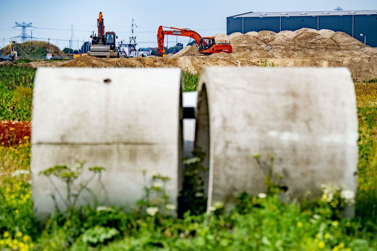 In de Amsterdamse haven wordt in allerijl een stortdepot voor rioolslib aangelegd. Doordat de afvalverbrander van AEB deels is stilgelegd, kan veel slib niet verbrand worden.