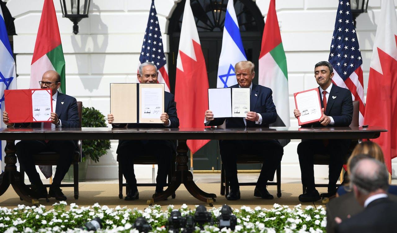 Bahrein, de Verenigde Arabische Emiraten, Israël en de Verenigde Staten tekenen een akkoord voor de normalisatie van de banden tussen de Arabische landen en Israël.