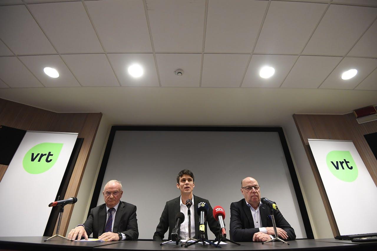 Voorzitter van de Raad van Bestuur van VRT Luc Van den Brande (L), Vlaams minister voor Jeugd, Media en Brusselse Zaken Benjamin Dalle (C) en interim CEO Leo Hellemans (R)