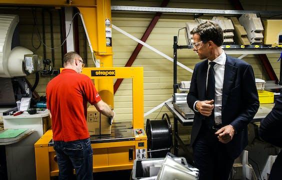 Premier Mark Rutte wandelt door een vestiging van Flowserve