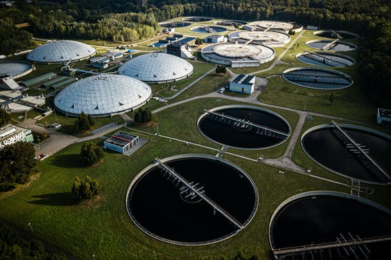 Een luchtfoto van een waterzuiveringsinstallatie