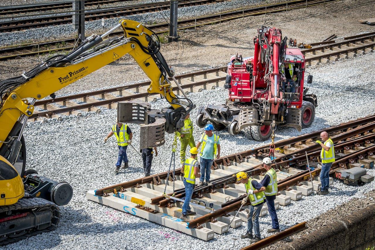UTRECHT - ProRail is bezig met het vervangen van de wissels tussen Utrecht Centraal en Utrecht Overvecht. De sporen tussen de twee stations zijn aan vervanging toe. In totaal worden 23 wissels en 500 meter spoor vervangen. De beveiliging en de bovenleiding worden ook aangepakt. ANP LEX VAN LIESHOUT
