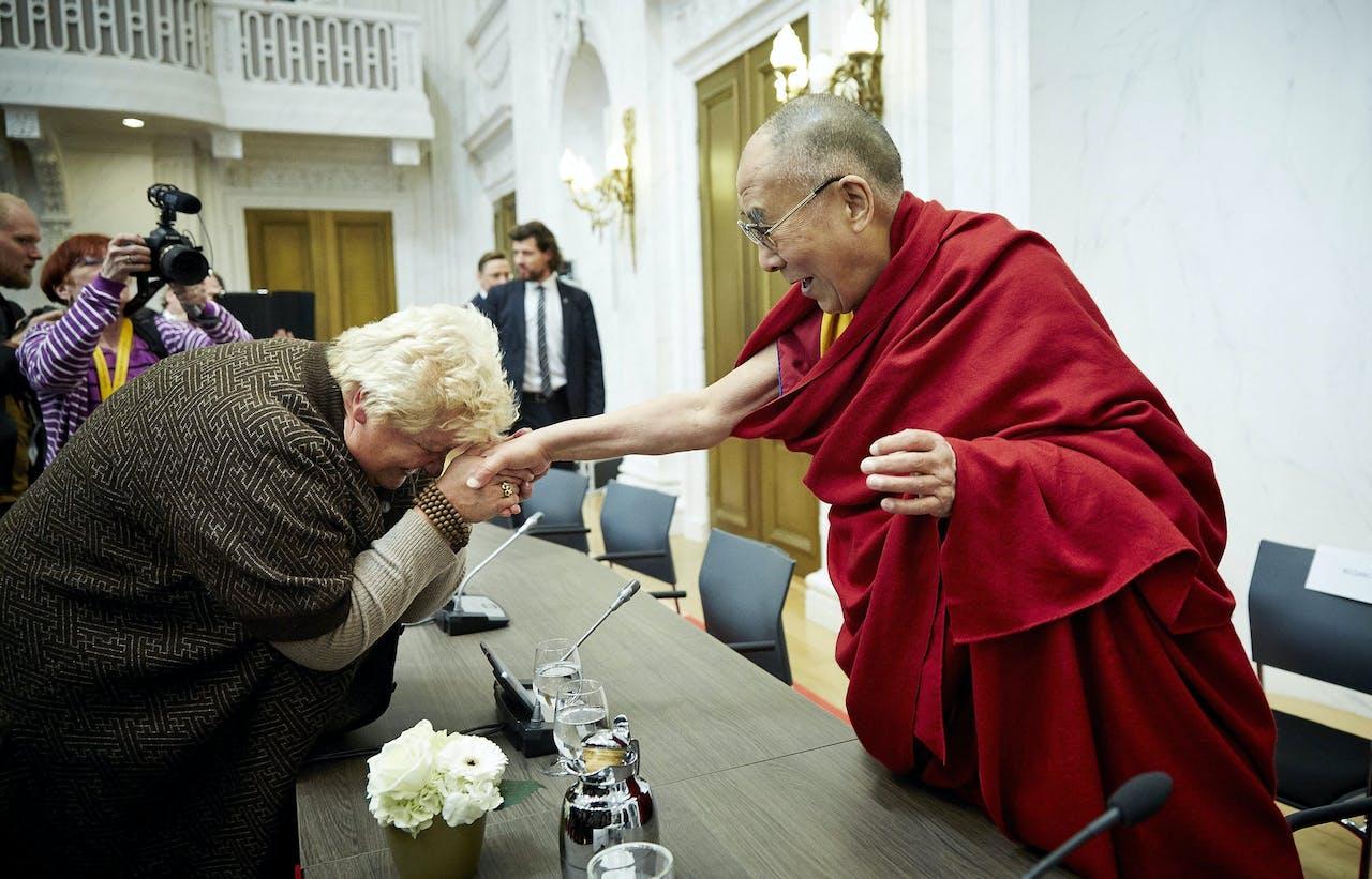 Erica Terpstra begroet de dalai lama in het gebouw van de Tweede Kamer in Den Haag. De geestelijk leider van Tibet heeft in de Oude Zaal een ontmoeting met Kamerleden van de commissie voor Buitenlandse Zaken.