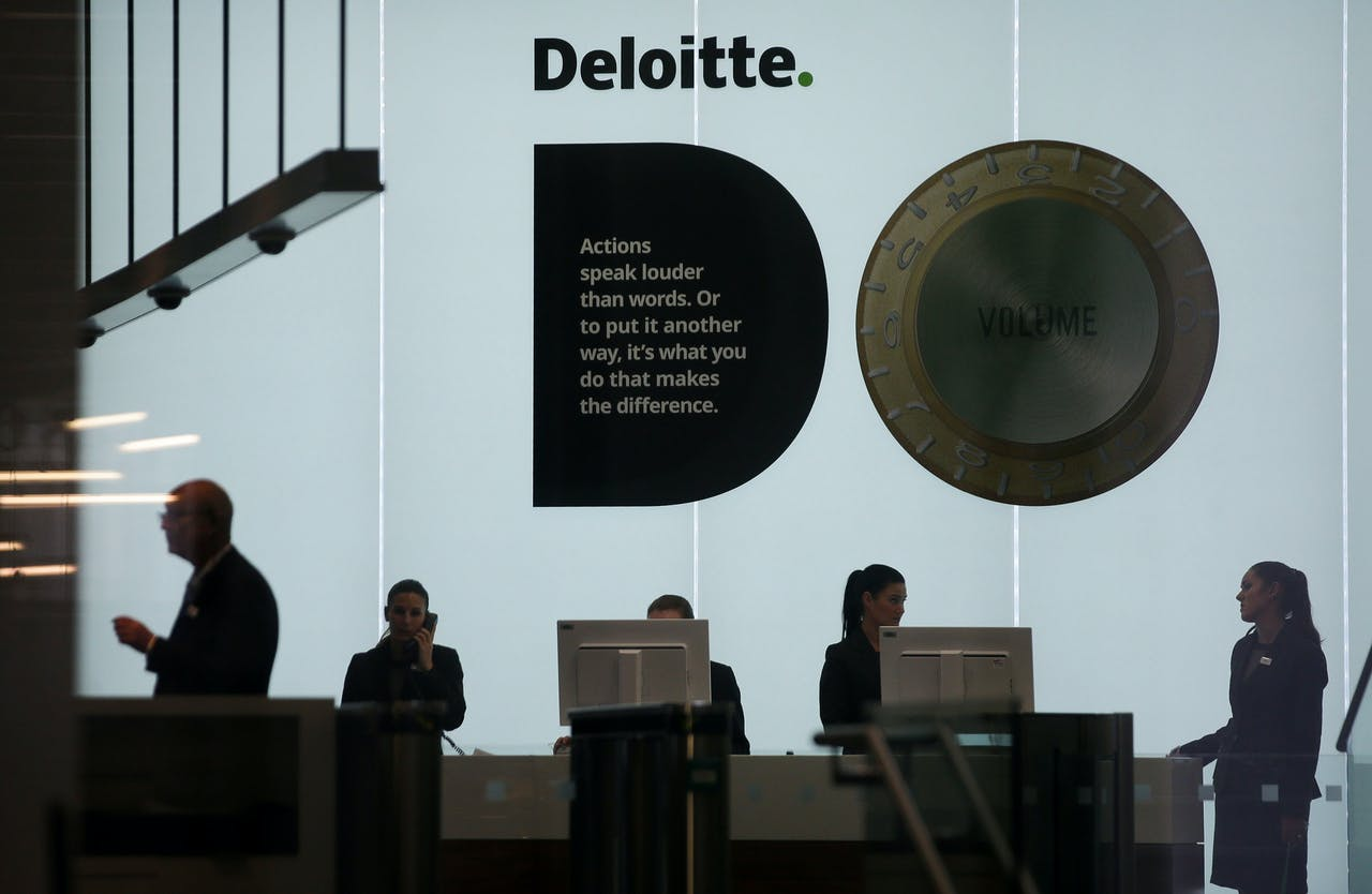 Veel activiteit bij een Deloitte-kantoor in Londen