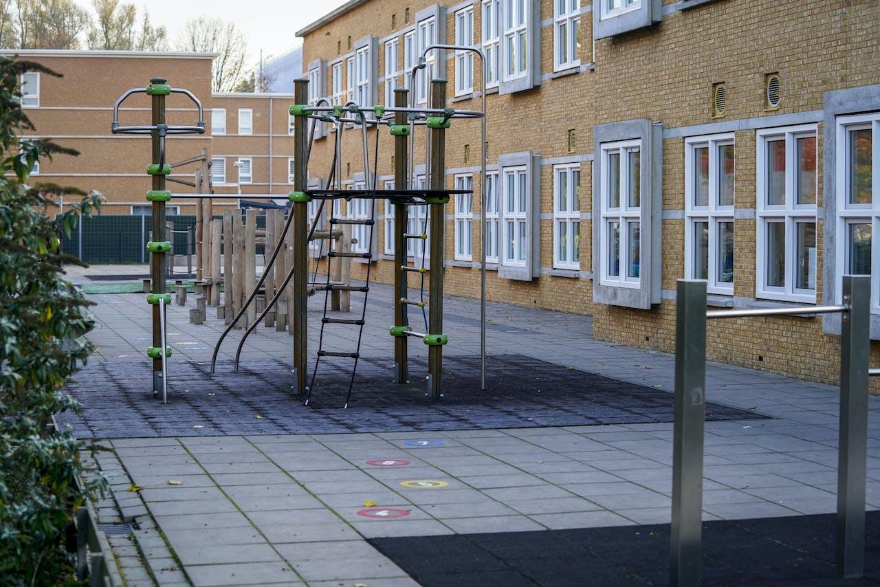 Een leeg schoolplein bij een basisschool in Den Haag.