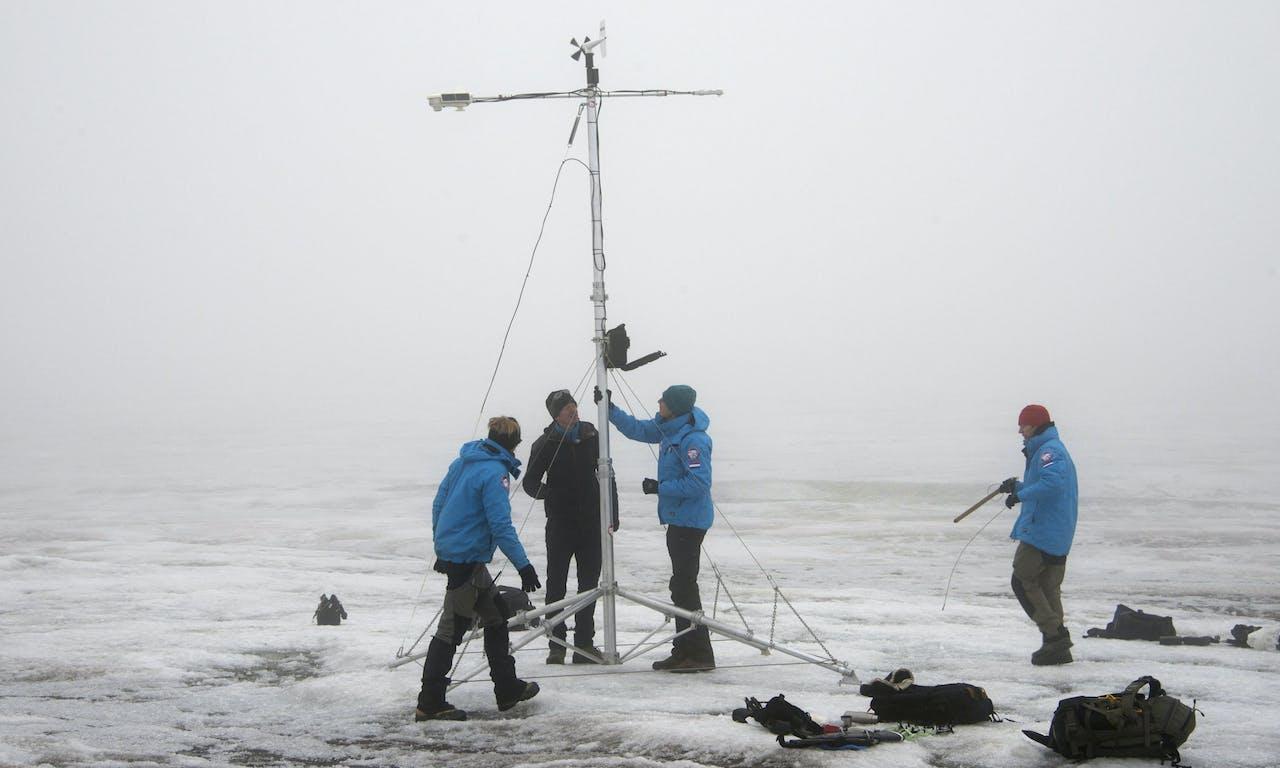 Nederlandse wetenschappers doen onderzoek bij het eiland Edgeøya, aan de oostkant van eilandengroep Spitsbergen, tijdens de grootste Nederlandse poolexpeditie ooit.