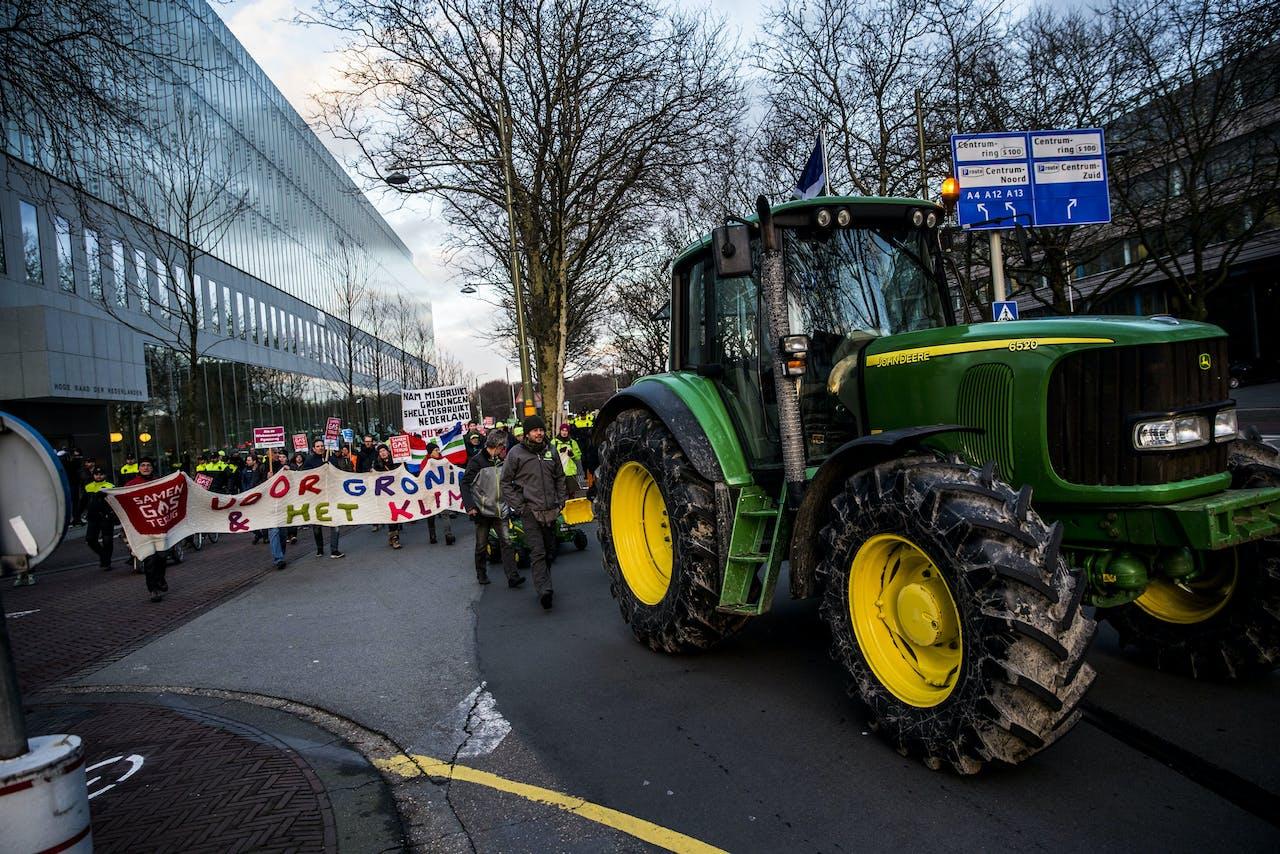 Groningse boeren met de trekker door het centrum van Den Haag. Toen in het Binnenhof een hoorzitting werd gehouden over de afhandeling van de schade door de aardbevingen in Groningen.