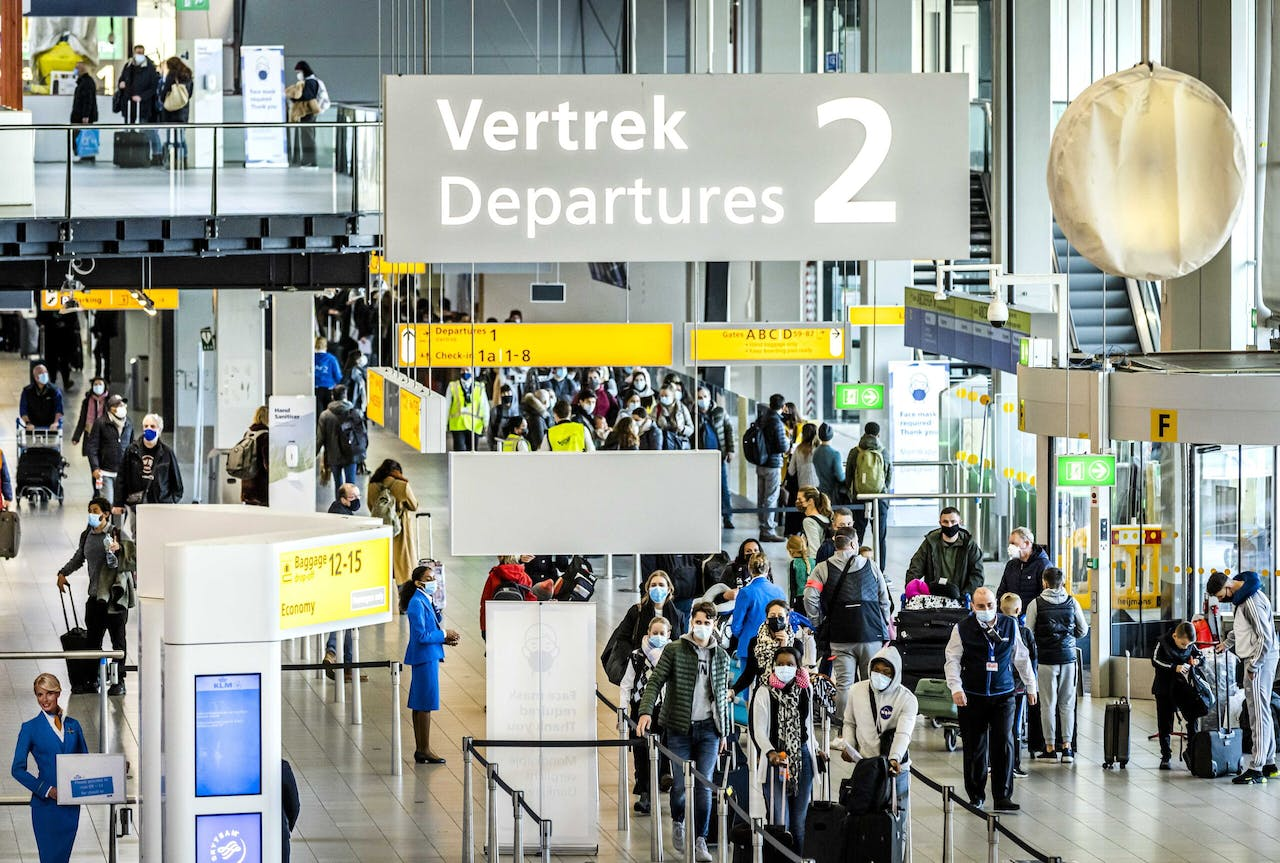2020-12-17 10:47:16 epa08889854 Travellers in the departure hall of Schiphol Amsterdam Airport, in Amsterdam, the Netherlands, 17 December 2020. Tour operators including TUI and Corendon are canceling their air travel to holiday destinations due to increased numbers of people infected with coronavirus Covid-19 in most countries. Schiphol also advises people not to fly if they don't really have to. EPA/REMKO DE WAAL