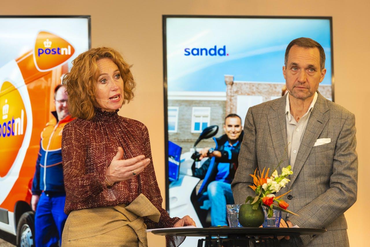 AMSTERDAM - Herna Verhagen, CEO van PostNL en Ronald van de Laar, directeur van Sandd Holding geven een toelichting op de voorgenomen samenvoeging van de postnetwerken van PostNL en Sandd. ANP EVERT ELZINGA