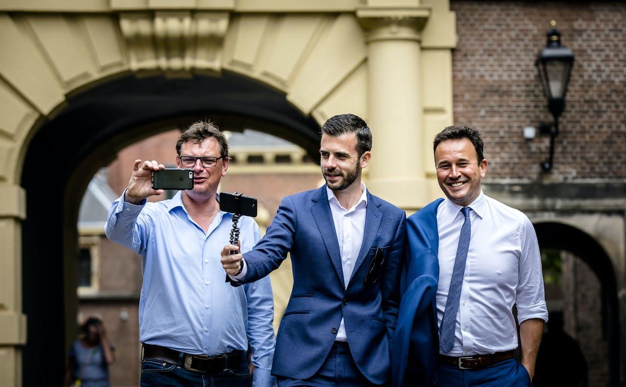 NOS formatievloggers Joost Vullings, Vincent Rietbergen en Xander van der Wulp poseren op het Binnenhof. ANP BART MAAT