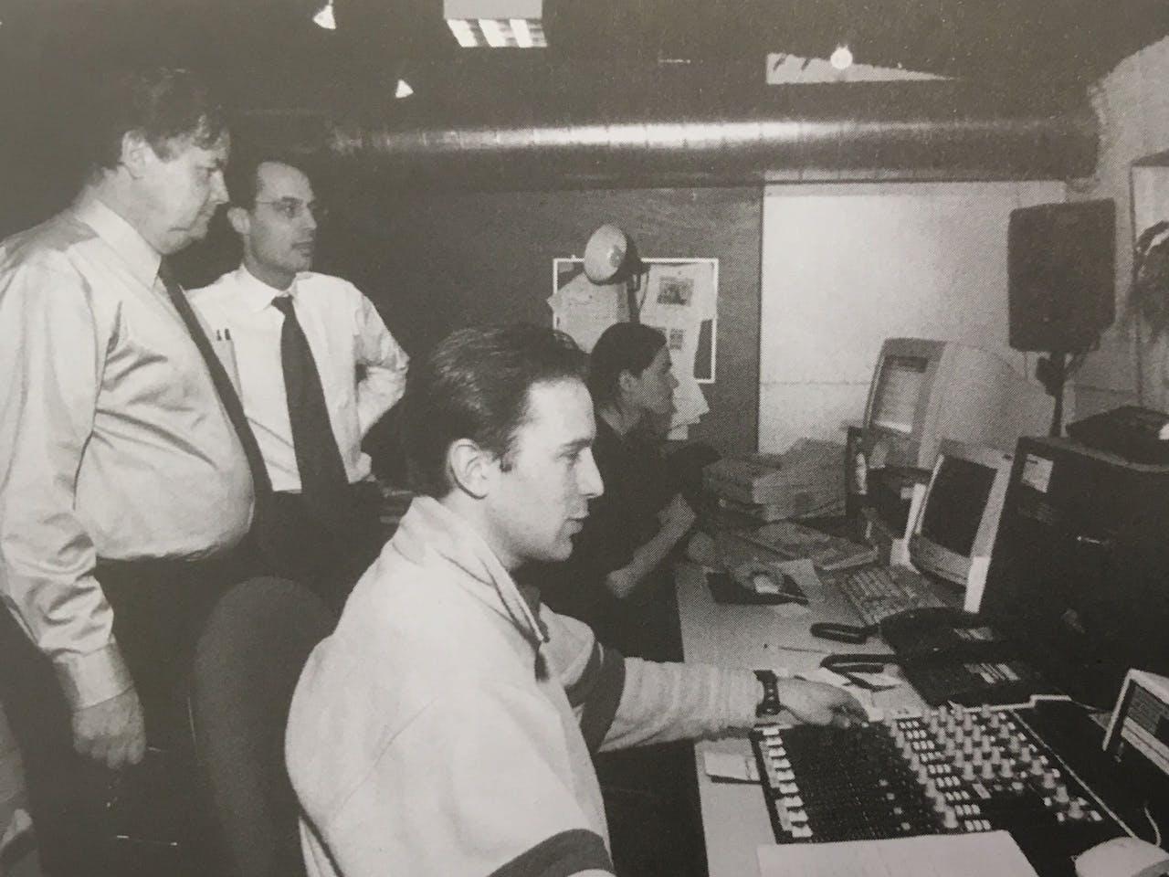 24 februari 2000. David Bell van Pearson Plc krijgt een rondleiding. Op de voorgrond technicus Julius Thijssen.