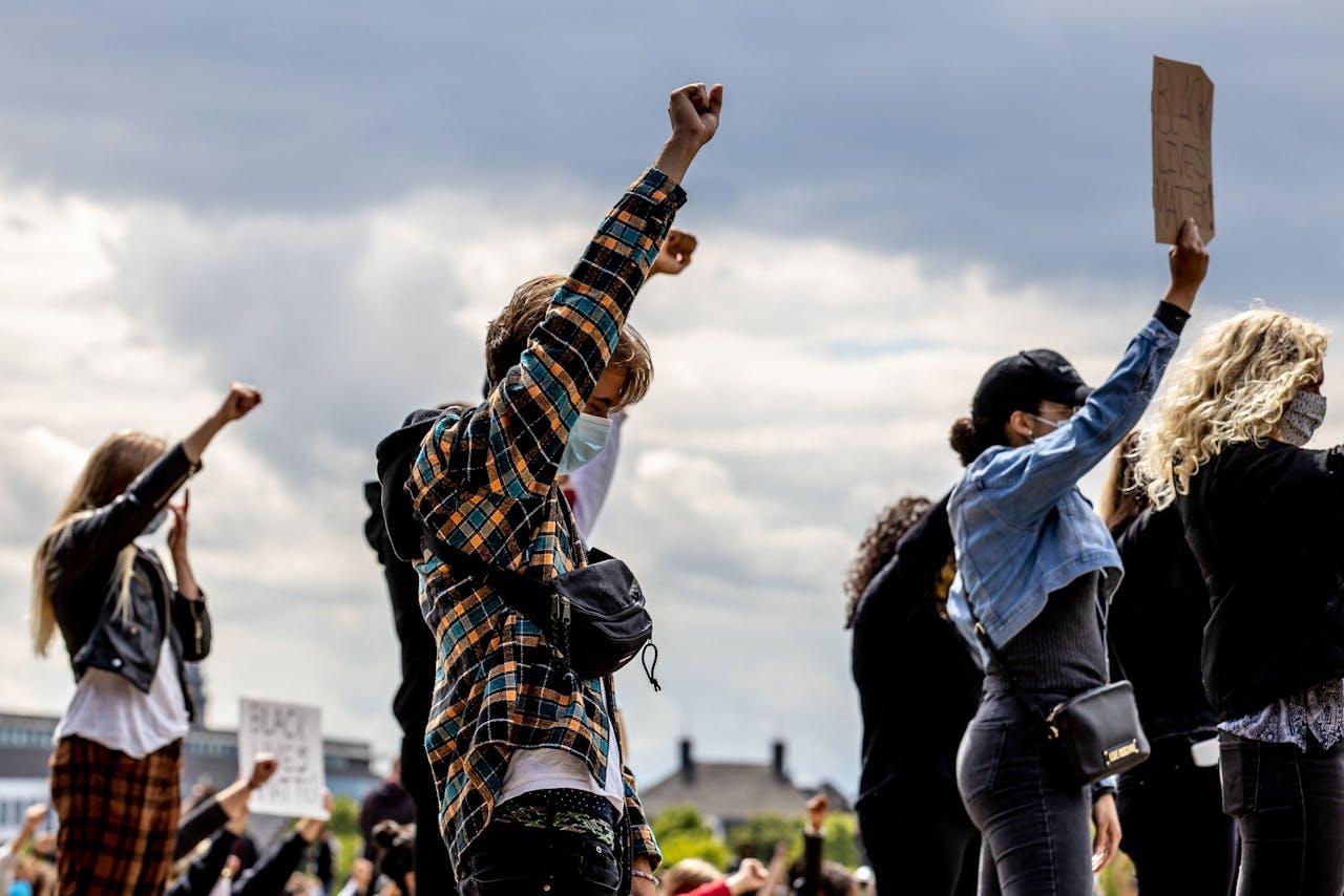 Actievoerders demonstreren op De Griend in Maastricht tegen racisme.