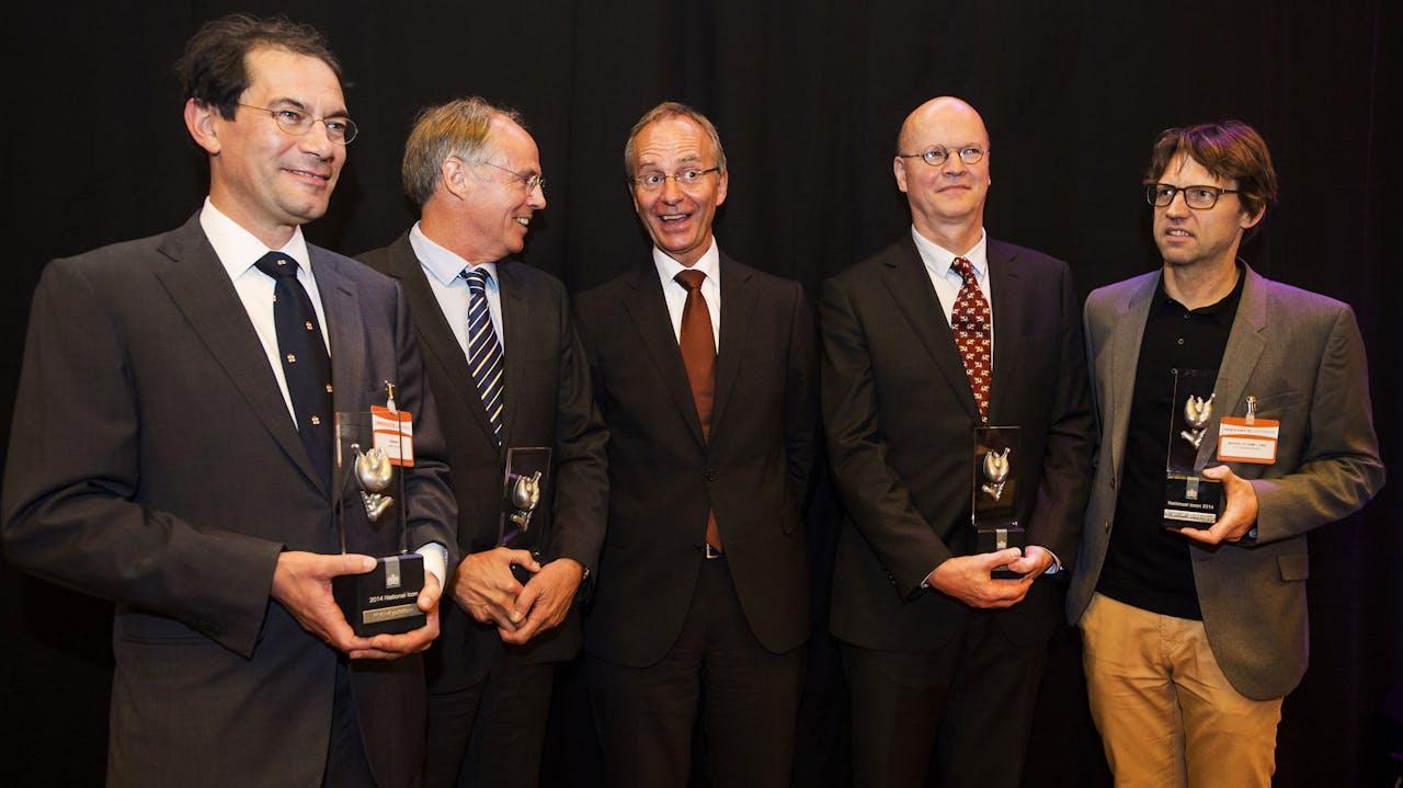 DEN HAAG - Minister Kamp (m) poseert met de Nationale Iconen 2014.