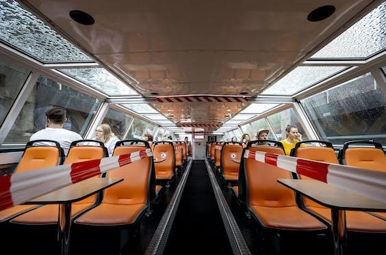 Coronamaatregelen op een Amsterdamse rondvaartboot