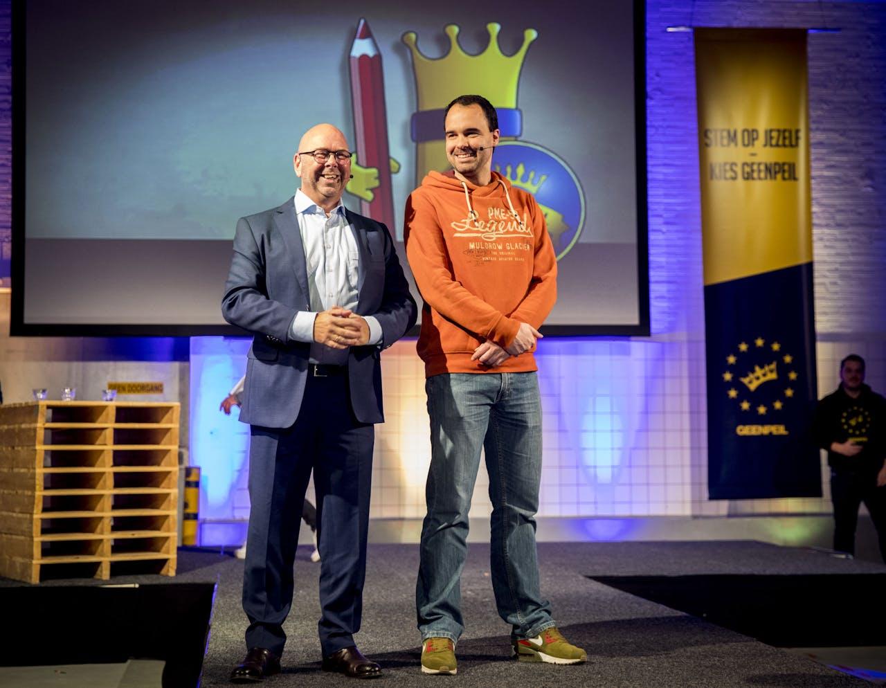 Bart Nijman (R) en journalist Jan Dijkgraaf tijdens de presentatie van de nieuwe politieke partij GeenPeil.