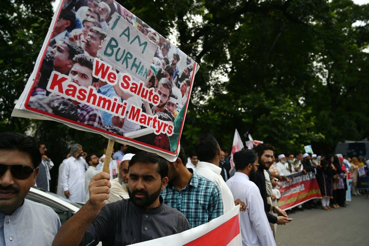 Een Pakistaanse inwoner van Kashmir tijdens een anti-India protest in Islamabad (Pakistan)