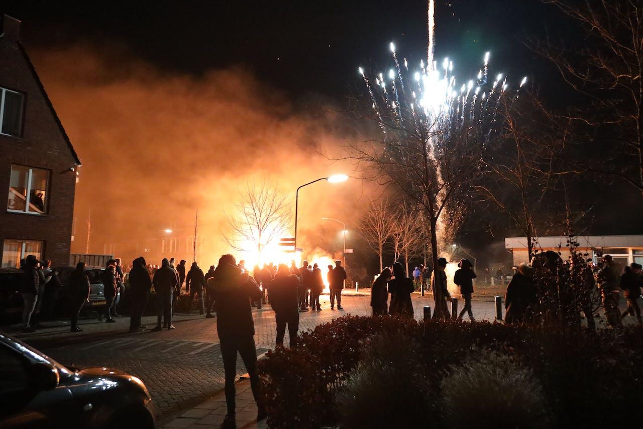 2020-12-27 00:59:04 VEEN - In de Brabantse plaats Veen is het voor de derde avond op rij onrustig. Inwoners staken auto's en een paardentrailer in de brand. Ook werd er vuurwerk afgestoken. Veen staat erom bekend dat er rond de jaarwisseling autowrakken in brand worden gestoken. ANP ERIK HAVERHALS