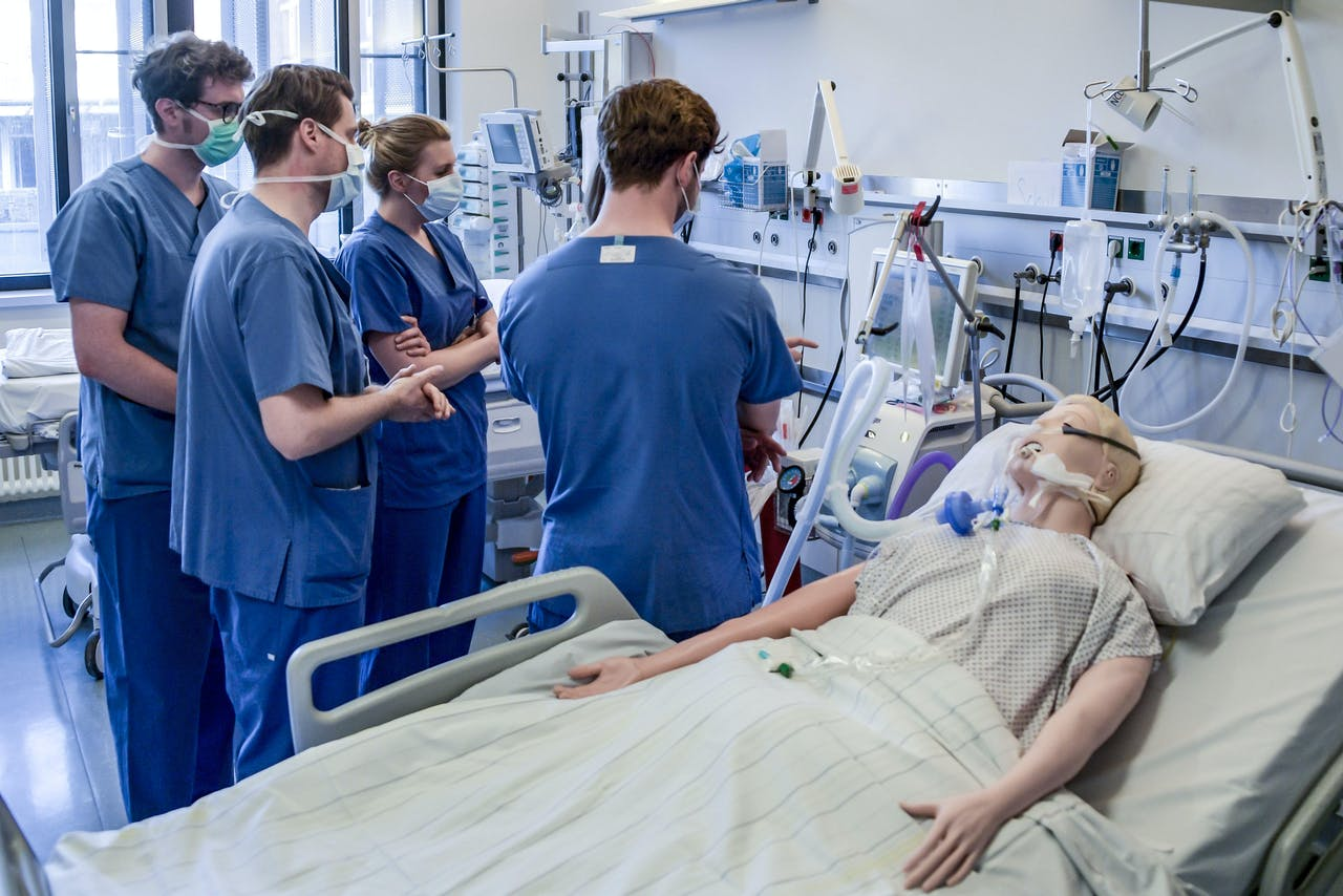 2020-03-25 16:09:26 Hospital doctors are instructed to handle a ventilator at the Universitaetsklinikum Eppendorf in Hamburg, on March 25, 2020. Currently ten Covid-19/ Corona patients are treated in the hospital. Axel Heimken / POOL / AFP
