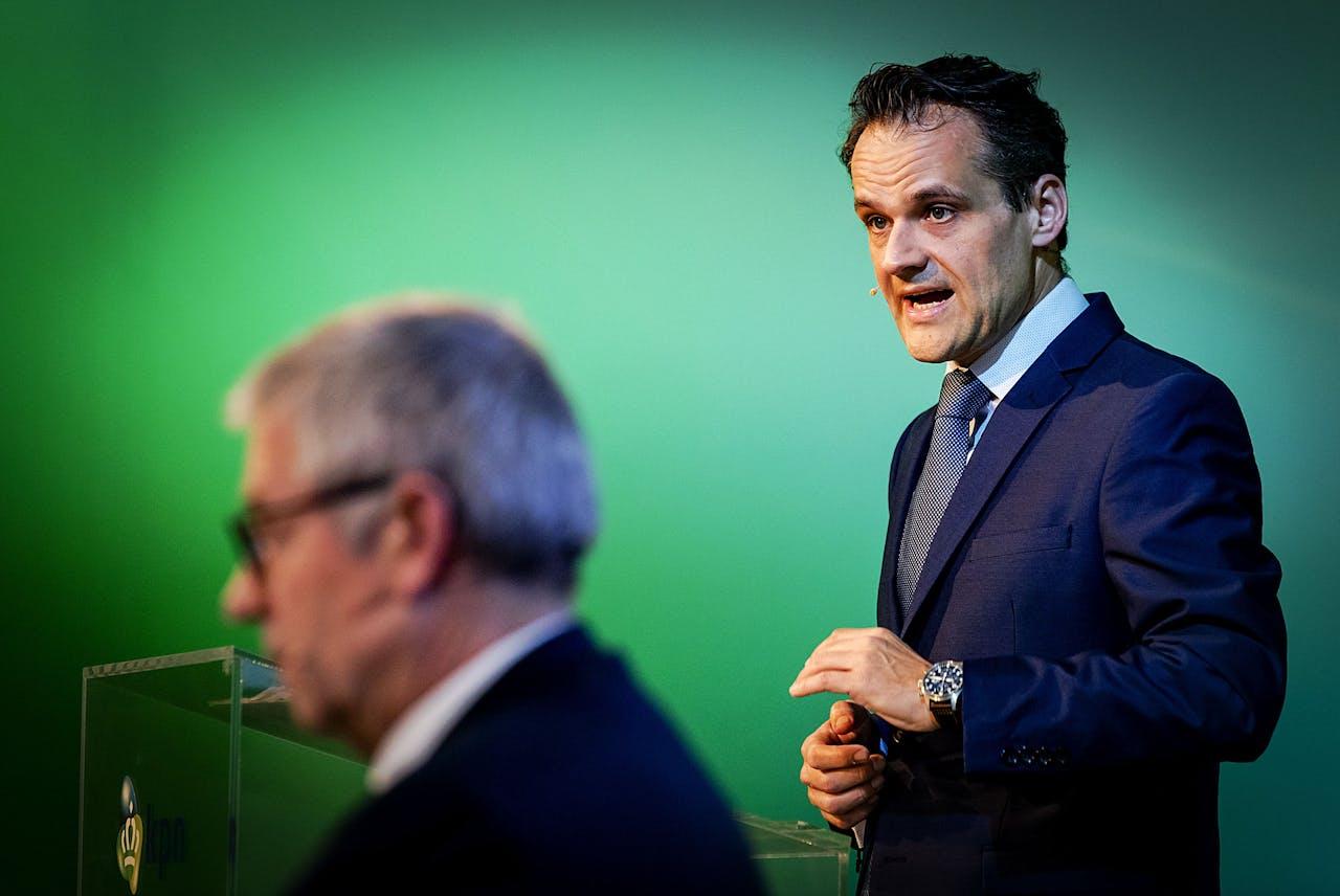 CFO Jan Kees de Jager (R) tijdens de presentatie van de jaarcijfers van KPN.