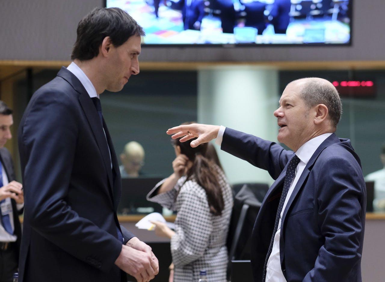 De Nederlandse minister van Financiën Wopke Hoekstra en zijn Duitse collega Olaf Scholz in Brussel.