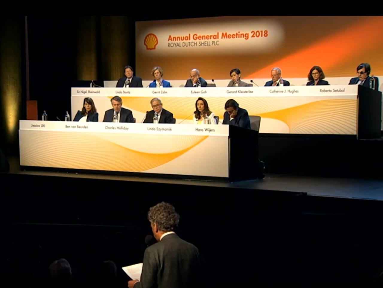 Follow This-oprichter Mark van Baal spreekt voor de raad van bestuur van Shell toe tijdens de jaarvergadering