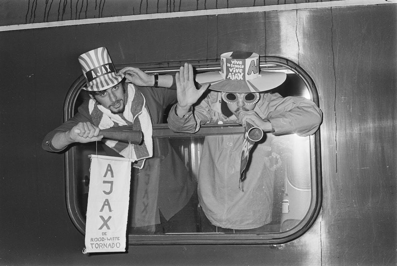 1969-03-04 00:00:00 AMSTERDAM: Bij het vertrek van het Legioen naar Parijs ZIT DE SFEER ER AL GOED IN.